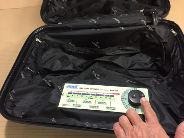 Voila une intégration pour le moins originale et innovante d'une antenne HF dans une valise de voyag