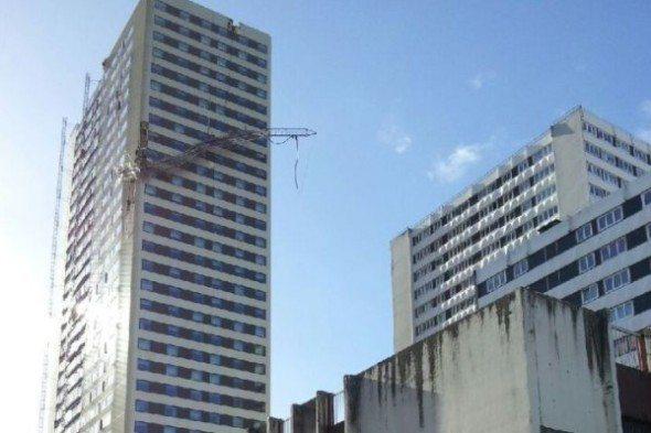 Les violentes rafales de vent en Ile de France, ont arraché une antenne radio du toit d'un immeuble